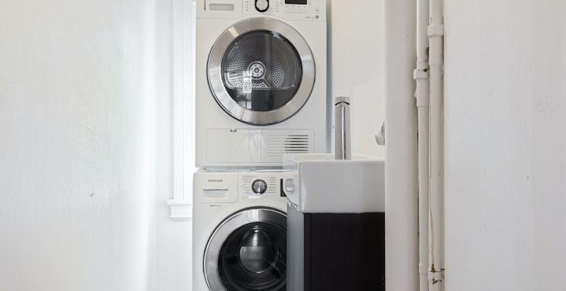 Praktisk vaskerom i leiligheten plassert i soveromsavdeling