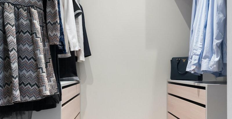 Walk-in-garderobe tilknyttet mellomgangen i soveromsavdelingen