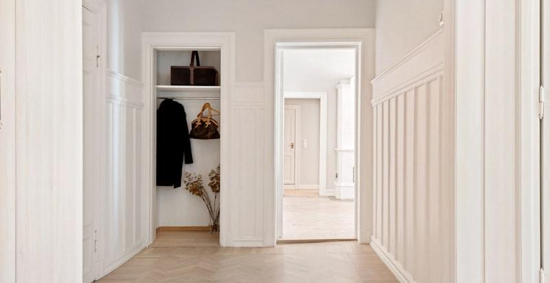 Romslig hall med garderobeplass