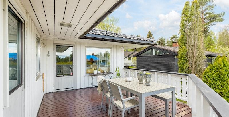 Romslig balkong med god plass til utemøbler og grill