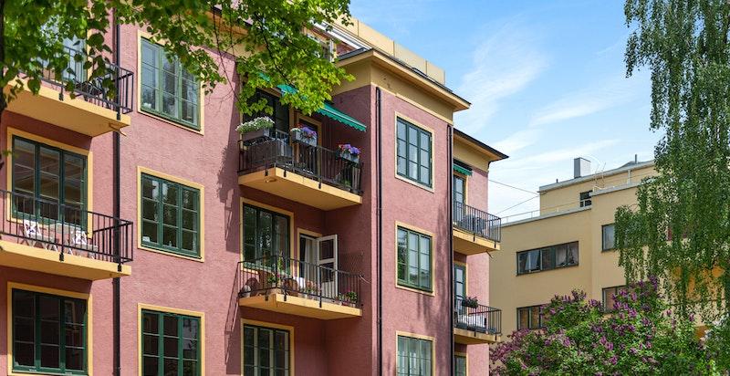 Fra den pene fasaden innerst i blindvei, 2 utv. p-plasser og 2 solrike balkonger, heis vedtatt