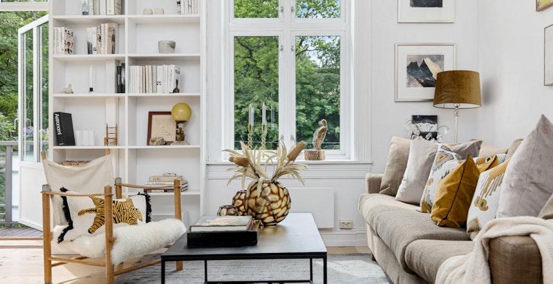 Flere flotte detaljer i stuen og integrerte hyller