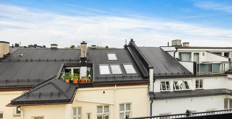 Utsikt over byens tak fra terrassen oppe