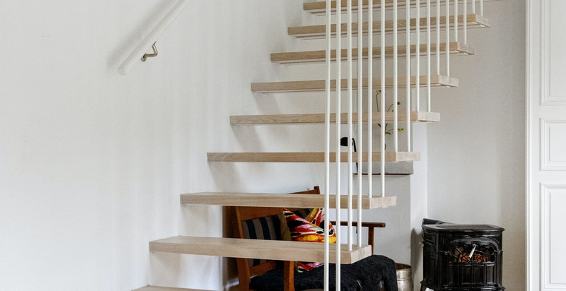 """En spesialdesignet og lekker """"svevende"""" trapp forbinder etasjene"""