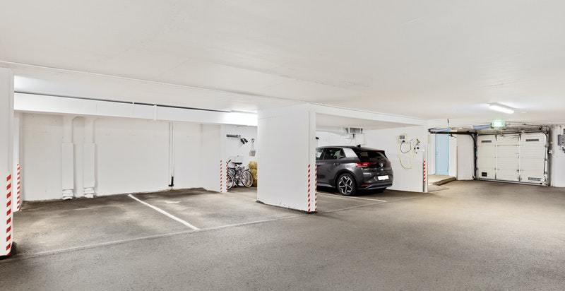 Fast parkeringsplass i lukket garasjeanlegg.