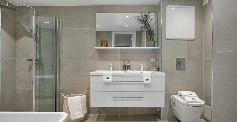 Det er opplegg vask/tørk på hovedbad. På begge bad er det ny membran og nye innvendige rør. Fliser fra Modena
