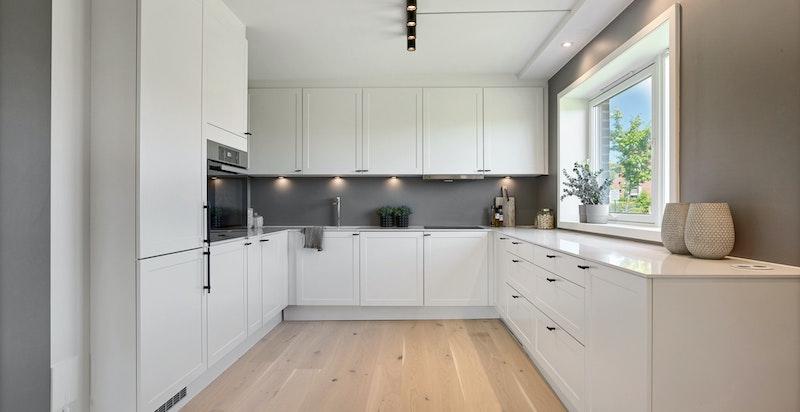 Vindu over kjøkkenbenk gir godt med arbeidslys inn