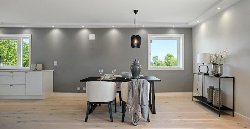 Opplegg til tv ligger i vegg, både i venstre øvre hjørne over ytterdør og inne i veggen til høyre for kjøkken