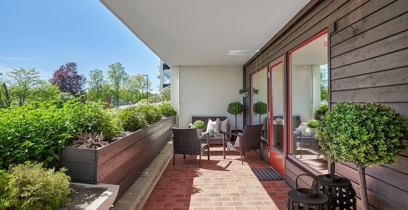 Stor, hyggelig og solrik terrasse