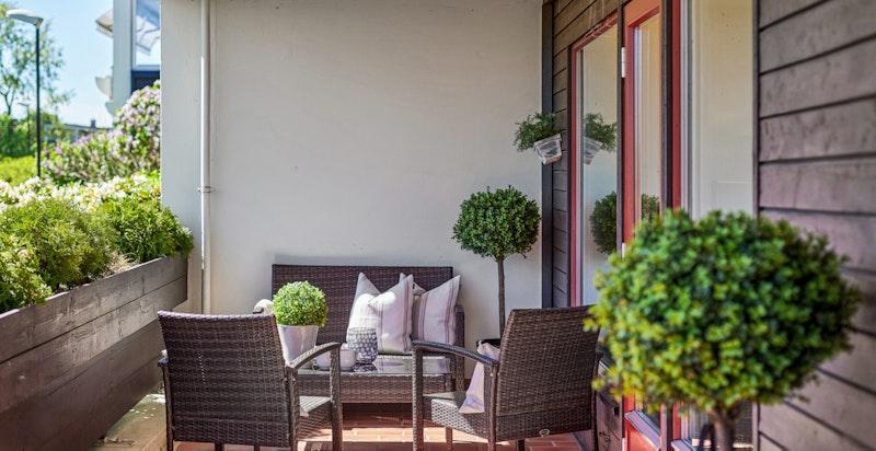 Terrassen fremstår som en forlengelse av stuen på sommerstid