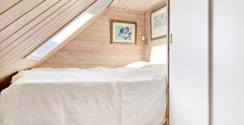Det er garderobeskap i sovealkoven