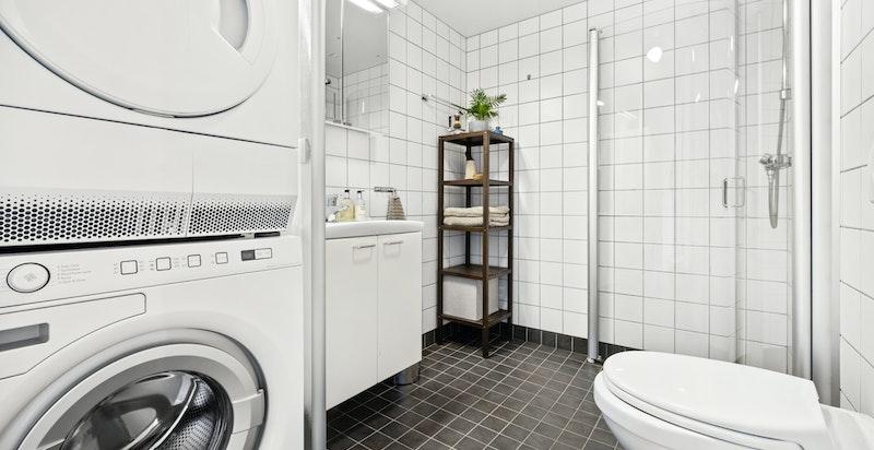 Pent flislagt bad fra byggeår med opplegg for både vaskemaskin og tørketrommel