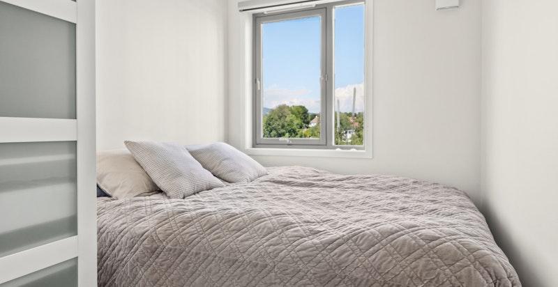 Leiligheten har to soverom hvor begge har vindu inn mot bakgård