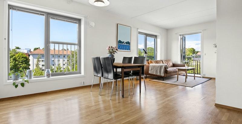 Leiligheten har en romslig stue med god plass til både spisestue, samt sofamøblement