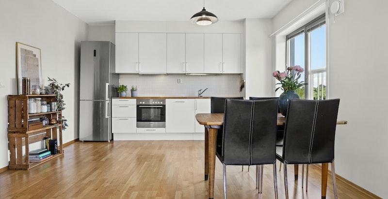 Stue og kjøkken har en åpen løsning og oppleves som romslig og luftig