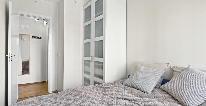 På hovedsoverommet er det god plass til både dobbeltseng og garderobe