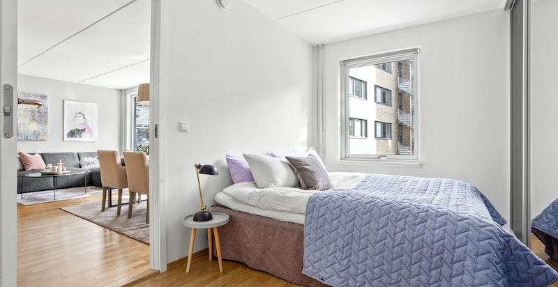 Soverommet er av god størrelse med god plass til dobbeltseng med tilhørende møblement.