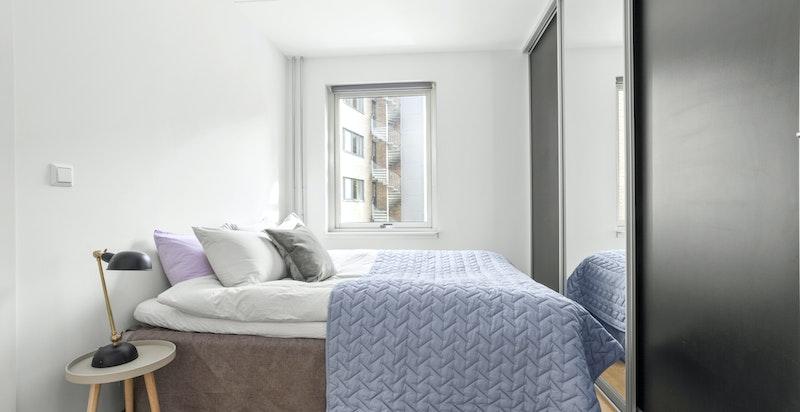Soverommet er lyst og luftig, og vender ut mot rolige omgivelser.