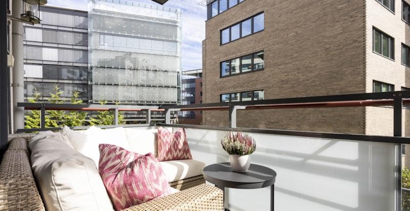 Balkongen er på ca. 6 kvm med plass til diverse utemøblement.