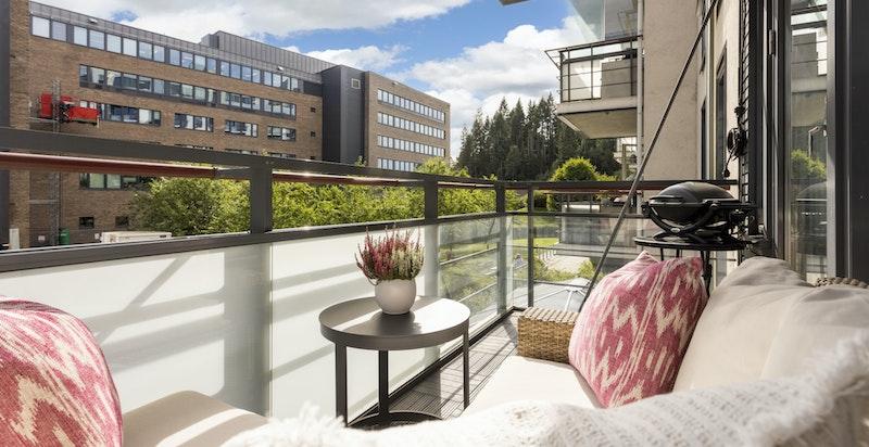 Fra stuen er det utgang til overbygget balkong med hyggelig og rolig utsyn til felles grøntområde.