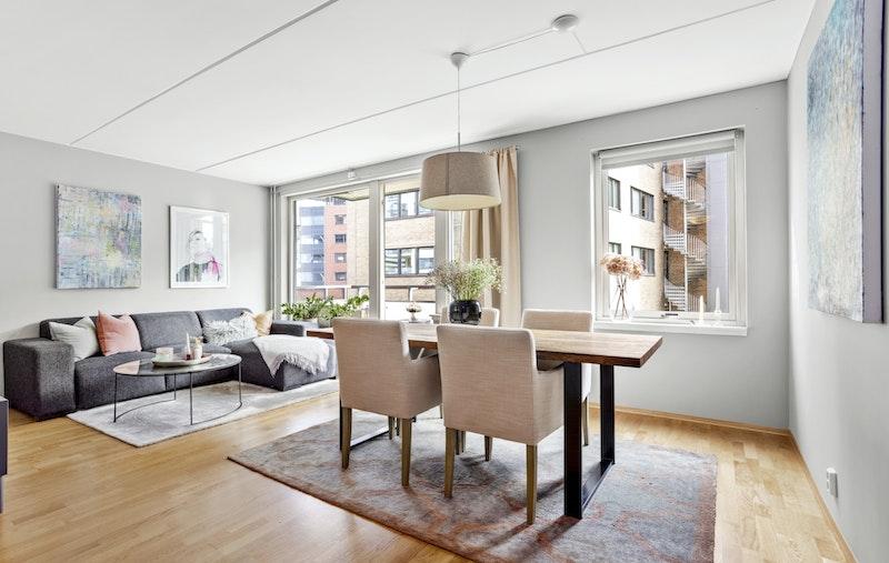 Leiligheten ligger fint til i byggets 2.etasje, og holder en gjennomgående god standard.