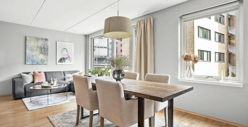 Stuen har god plass til både sofaseksjon og spisebord, samt øvrig innredning etter ønske og behov.