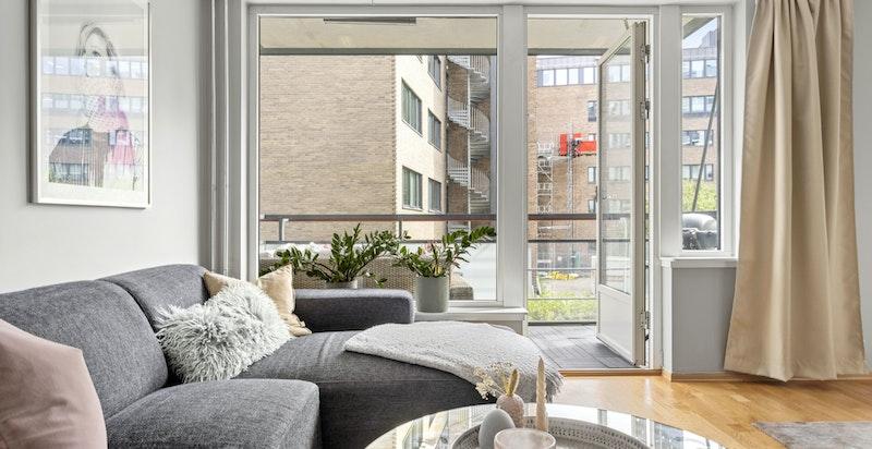 Det er store vindusflater gjennom hele boligen som slipper inn rikelig med naturlig sollys.