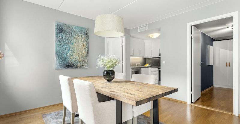 Kjøkkenet ligger i en åpen, med samtidig i en noe skjermet og praktisk løsning fra resten av stuedelen.