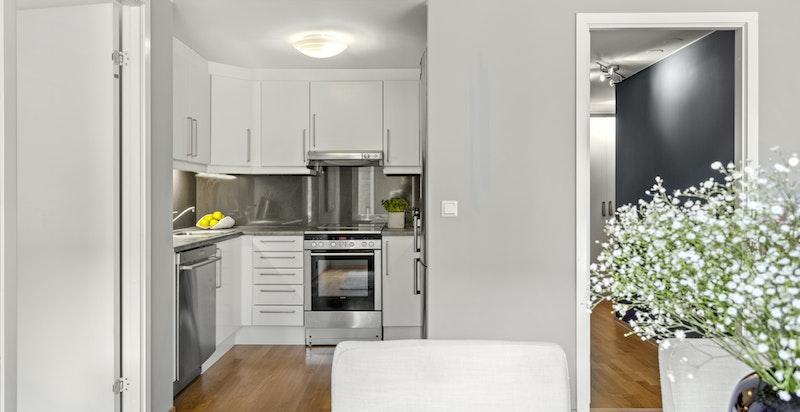 Kjøkkenet er godt utnyttet, og er har tidløs og fin innredning.