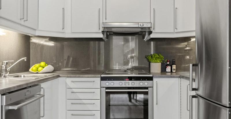 Kjøkkenet er praktisk utformet med både skap- og benkeplass til matlagingen.