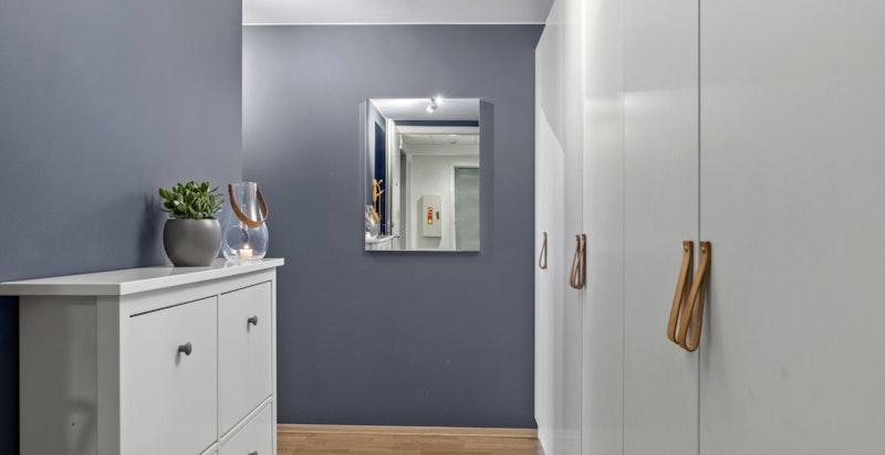 Hyggelig entré med rikelig med garderobeplass for oppbevaring av sko og yttertøy.