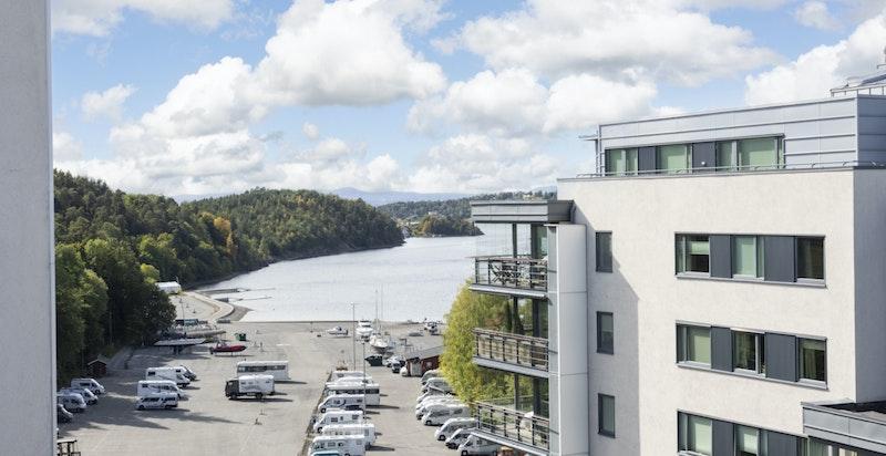 På den andre siden  på takterrassen har du utsikt til fjorden.