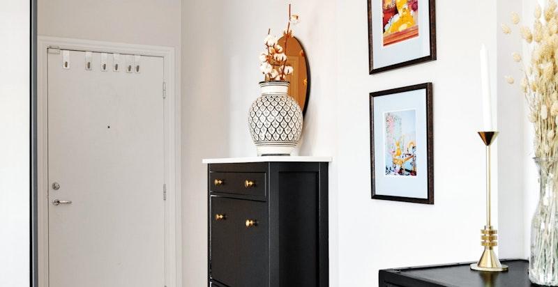 Entré med gode oppbevaringsmuligheter i eget omkledningsrom - Det er også plass til skoskap, knagger og speil