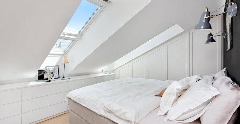 Lyst og romslig soverom med plass til dobbeltseng - Godt med oppbevaringsplass i snekkerbygd garderobe samt kommoder (disse medfølger)