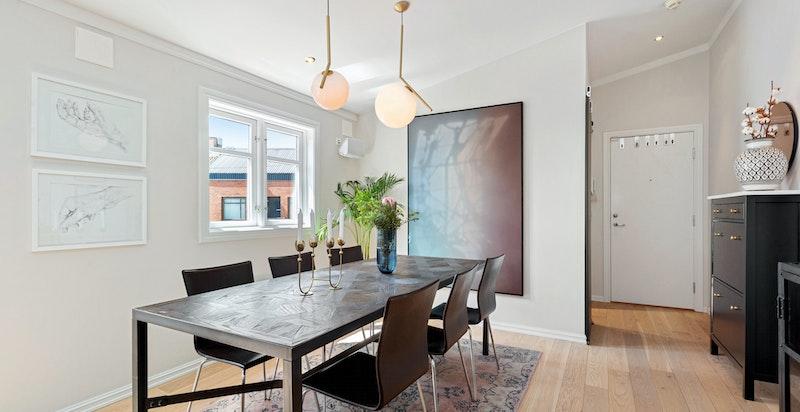 Veggen bak spisebordet er en lettvegg og kan fjernes om ønskelig