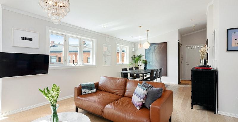 Store vindusflater både på vegg og i tak gir svært gode lysforhold til boligen - Leiligheten er gjennomgående