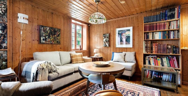 God plass til stor sofagruppe med naturlig avstand til TV-seksjon