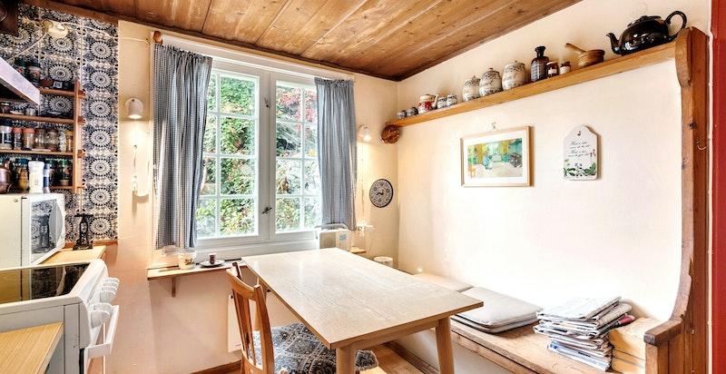 Hyggelig utsikt fra spiseplassen på kjøkkenet og ut til hagen