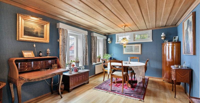 Romslig stue med spisestue tilknyttet kjøkkenet