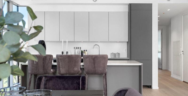 Elegant kjøkkeninnredning fra Siematic. Det vil bli levert integrerte hvitevarer fra Miele. (Kjøl/frys, koketopp, stekeovn og oppvaskmaskin)