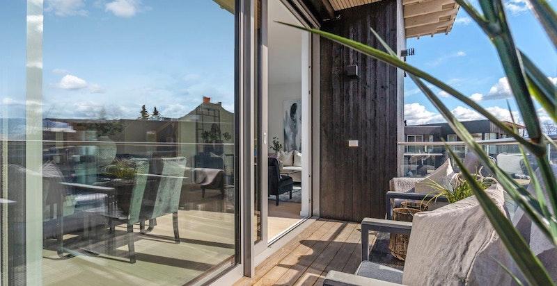 Fra stuen er det utgang til solrik balkong.
