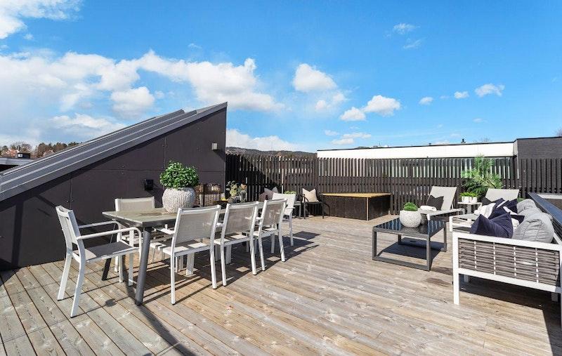 Supre solforhold og flott utsikt over nærområdet. Terrassen er levert med uttak for strøm, gass og kaldt vann.