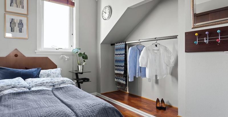 Soverommet  ligger fint til, skjermet fra boligens oppholdsrom.