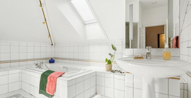 Badet er eldre med en lys og tidløs innredning. Det er porselen fra Villeroy & Boch og garnityr fra Hans Grohe.