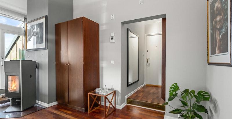Boligen har godt med oppbevaringsplass både i snekkerbygde skap i boligen, samt i kjellerbod.