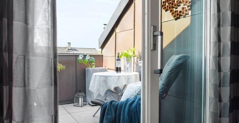 Fra stuen er det utgang til svært hyggelig og inntrukket takterrasse på ca 4,2 kvm.