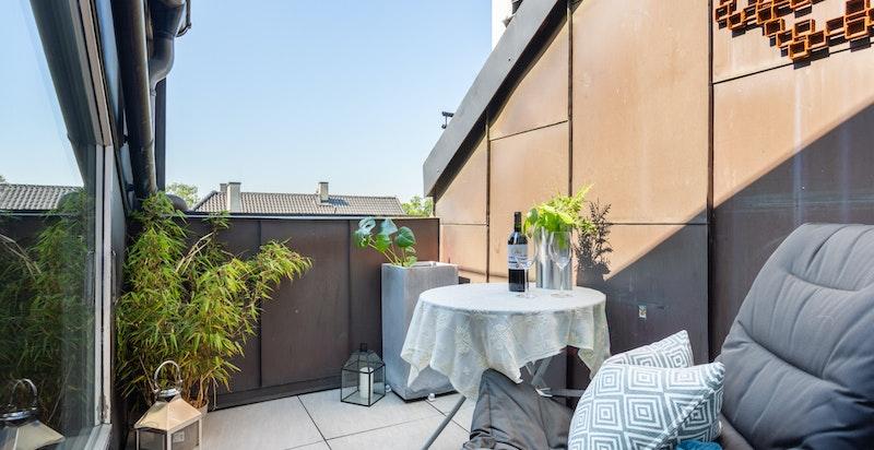 Inntrukket takterrasse med gode solforhold og vakkert utsyn over nabolaget.