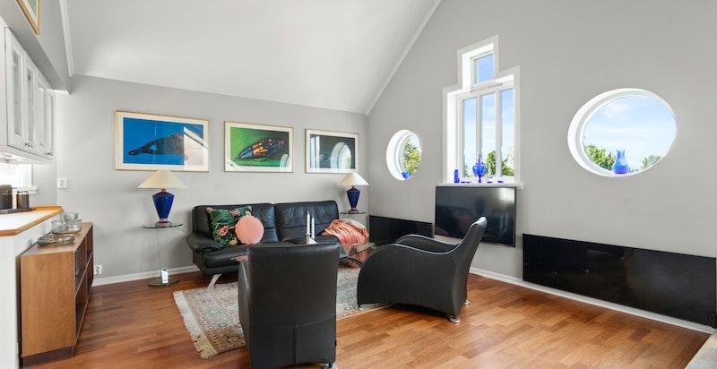 Lys og flott stue med vakre vinduer og takhøyde i stue til møne på hele 3,92 meter.