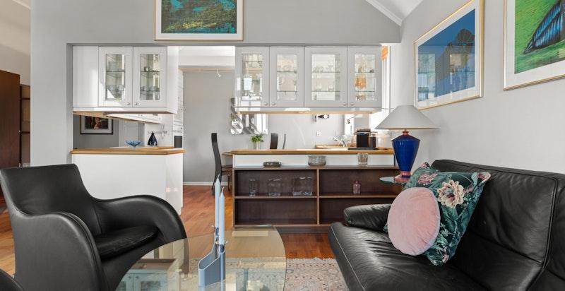 Stuen/kjøkkenet kan innredes på flere måter med god plass til sofaseksjon, samt med skjermet spiseplass på kjøkkenet.