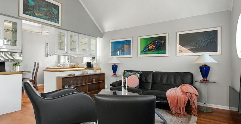 Fra stuen ligger kjøkkenet i en åpen løsning, men sørger samtidig for naturlige soner.